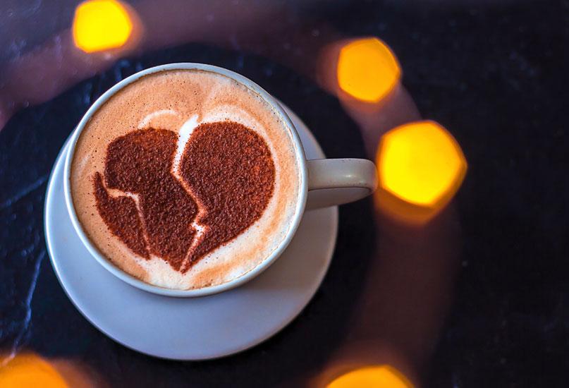 ספל קפה עם ציור של לב שבור