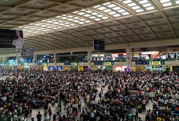 התרעה מאוחרת לשאר העולם. תחנת רכבת הומה מאדם בווהאן, סין, כמה שבועות לפני התפרצות המגפה