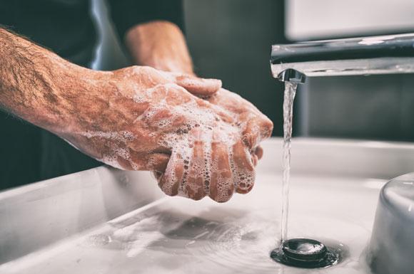 גבר שוטף ידיים
